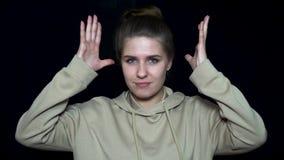 Έκρηξη εγκεφάλου συγκίνησης Νέα γυναίκα που παρουσιάζει έκρηξη εγκεφάλου Ανθρώπινες εκφράσεις του προσώπου και συγκινήσεις Η συγκ απόθεμα βίντεο