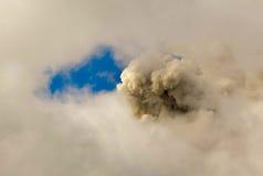 Έκρηξη ηφαιστείων Tungurahua μέσω των σύννεφων Στοκ Φωτογραφία