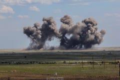 Έκρηξη σε ένα έδαφος στρατιωτικής εκπαίδευσης Καταστροφή των στόχων κατάρτισης από τις βόμβες αεροσκαφών Στοκ φωτογραφία με δικαίωμα ελεύθερης χρήσης