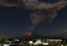 Έκρηξη του ηφαιστείου popocatepetl, νύχτα στοκ εικόνες