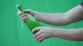 Έκρηξη CHAMPAGNE Κινηματογράφηση σε πρώτο πλάνο μπουκαλιών σαμπάνιας ανοίγματος χεριών ατόμων Λαμπιρίζοντας κρασί πέρα από να ανα απόθεμα βίντεο