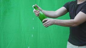 Έκρηξη CHAMPAGNE Κινηματογράφηση σε πρώτο πλάνο μπουκαλιών σαμπάνιας ανοίγματος χεριών ατόμων Λαμπιρίζοντας κρασί πέρα από να ανα φιλμ μικρού μήκους
