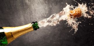 Έκρηξη CHAMPAGNE - νέο έτος εορτασμού στοκ εικόνα με δικαίωμα ελεύθερης χρήσης