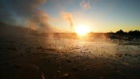 Έκρηξη Geyser στην Ισλανδία Χειμερινά κρύα χρώματα, φωτισμός ήλιων μέσω του ατμού απόθεμα βίντεο
