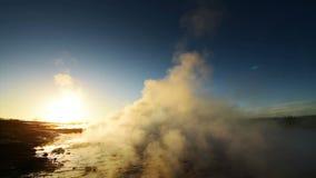 Έκρηξη Geyser στην Ισλανδία Χειμερινά κρύα χρώματα, φωτισμός ήλιων μέσω του ατμού φιλμ μικρού μήκους