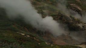 Έκρηξη geyser Bolshoy στην κοιλάδα Geysers φιλμ μικρού μήκους