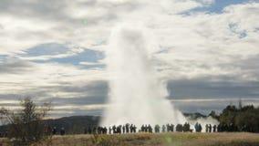 Έκρηξη geyser Strokkur, άποψη από την απόσταση από τις πλάτες των τουριστών, στην ηλιόλουστη ημέρα ένα φθινόπωρο απόθεμα βίντεο