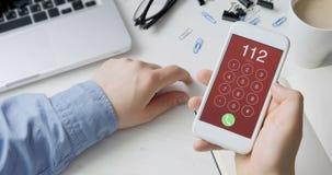Έκτακτη ανάγκη αριθμός 112 σχηματισμού στο smartphone απόθεμα βίντεο