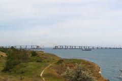 Έκταση αψίδων μετάλλων της της Κριμαίας γέφυρας πέρα από τη στενή δίοδο για τη μετάβαση των σκαφών Άποψη από την πόλη Kerch Στοκ Εικόνες