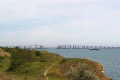 Έκταση αψίδων μετάλλων της της Κριμαίας γέφυρας πέρα από τη στενή δίοδο για τη μετάβαση των σκαφών μέσω του στενού Kerch Άποψη απ Στοκ Φωτογραφίες