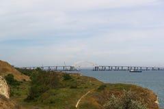 Έκταση αψίδων της της Κριμαίας γέφυρας πέρα από τη στενή δίοδο για τη μετάβαση των σκαφών Άποψη από την πόλη Kerch Στοκ Φωτογραφίες