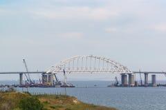 Έκταση αψίδων της της Κριμαίας γέφυρας πέρα από τη στενή δίοδο για τη μετάβαση των σκαφών Στοκ Φωτογραφία