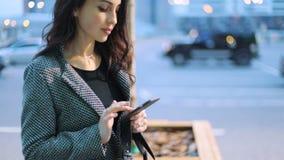 Έκταση της νεανικής επιχείρησης ladywith βαθιά - καφετί ακριβές γκρίζο σακάκι eyesin και μαύρο φόρεμα με τη σκούρα καφέ παραμονή  απόθεμα βίντεο