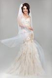 Έκφραση. Θετικές συγκινήσεις. Πανέμορφη χαμογελώντας νύφη στο θυελλώδες γαμήλιο φόρεμα Στοκ Φωτογραφίες