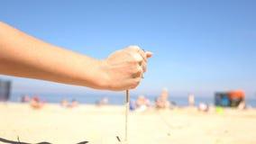 Έκχυση άμμου από τα χέρια μιας γυναίκας στην παραλία απόθεμα βίντεο