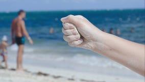 Έκχυση άμμου από το θηλυκό χέρι απόθεμα βίντεο