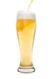 έκχυση γυαλιού μπύρας Στοκ Εικόνες