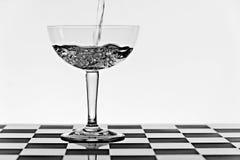 έκχυση γυαλιού ποτών σαμπά Στοκ Φωτογραφία