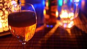 έκχυση γυαλιού μπύρας περιτύλιξη απόθεμα βίντεο