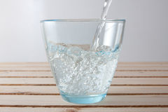 Έκχυση ενός ποτηριού του ενωμένου με διοξείδιο του άνθρακα νερού Στοκ εικόνες με δικαίωμα ελεύθερης χρήσης