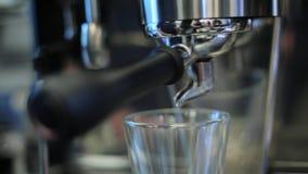 Έκχυση καφέ από τη μηχανή καφέ απόθεμα βίντεο