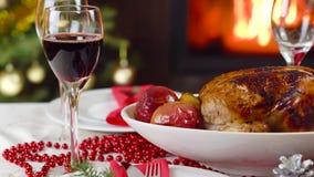 Έκχυση κρασιού στο γυαλί στον πίνακα Χριστουγέννων μπροστά από την εστία φιλμ μικρού μήκους