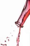 Έκχυση κόκκινου κρασιού από το μπουκάλι Στοκ Εικόνες