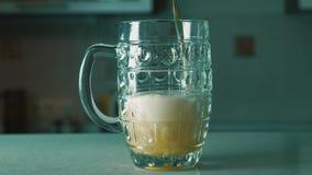 Έκχυση μπύρας στην κούπα σε έναν φραγμό Χύνοντας μπύρα στο γυαλί στο γραφείο φραγμών ή μπαρ φιλμ μικρού μήκους