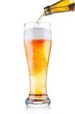 Έκχυση μπύρας στο γυαλί στοκ εικόνες
