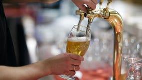 Έκχυση μπύρας σχεδίων φιλμ μικρού μήκους