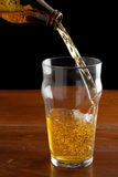 έκχυση μπύρας Στοκ εικόνες με δικαίωμα ελεύθερης χρήσης