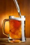 έκχυση μπύρας στοκ εικόνα