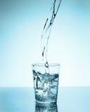 Έκχυση νερού σε ένα γυαλί Στοκ φωτογραφίες με δικαίωμα ελεύθερης χρήσης