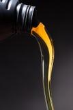 Έκχυση πετρελαίου μηχανών στοκ εικόνες