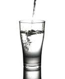 Έκχυση πόσιμου νερού στο γυαλί Απομονωμένος στο άσπρο backgroun Στοκ εικόνα με δικαίωμα ελεύθερης χρήσης