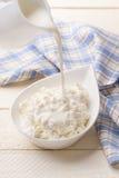 Έκχυση της γαλακτοκομικής κρέμας στο τυρί εξοχικών σπιτιών Στοκ φωτογραφία με δικαίωμα ελεύθερης χρήσης