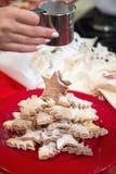 Έκχυση της κονιοποιημένης ζάχαρης στα μπισκότα Στοκ φωτογραφία με δικαίωμα ελεύθερης χρήσης