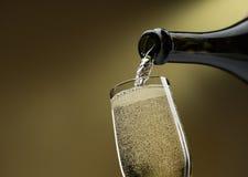 Έκχυση του άσπρου κρασιού wineglass στοκ εικόνες
