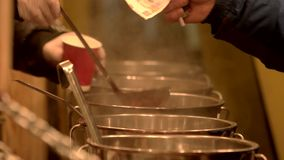 Έκχυση του θερμαμένου κρασιού απόθεμα βίντεο