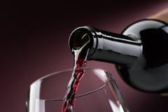 Έκχυση του κόκκινου κρασιού wineglass στοκ φωτογραφίες με δικαίωμα ελεύθερης χρήσης