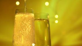 Έκχυση του λαμπιρίζοντας κρασιού στο φλάουτο πέρα από το χρυσό υπόβαθρο απόθεμα βίντεο