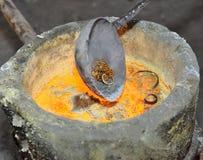 Έκχυση του υγρού μετάλλου στο εργαστήριο ανοικτών δαπέδων τζακιού των μεταλλουργικών εγκαταστάσεων Στοκ φωτογραφία με δικαίωμα ελεύθερης χρήσης