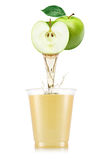 Έκχυση χυμού της Apple έξω από τα φρούτα στο γυαλί Στοκ εικόνες με δικαίωμα ελεύθερης χρήσης