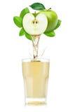 Έκχυση χυμού της Apple έξω από τα φρούτα στο γυαλί Στοκ Φωτογραφία