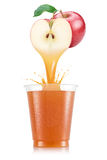 Έκχυση χυμού της Apple έξω από τα φρούτα στο πλαστικό φλυτζάνι Στοκ φωτογραφίες με δικαίωμα ελεύθερης χρήσης