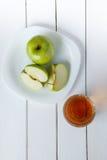 Έκχυση χυμού της Apple από τα πράσινα φρούτα μήλων σε ένα γυαλί Στοκ εικόνες με δικαίωμα ελεύθερης χρήσης