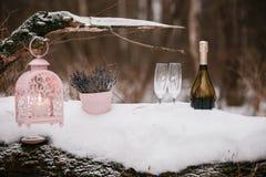 Έκχυση CHAMPAGNE σε δύο γυαλιά Παγωμένο δάσος Στοκ εικόνα με δικαίωμα ελεύθερης χρήσης