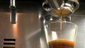Έκχυση Espresso από τη μηχανή καφέ φιλμ μικρού μήκους