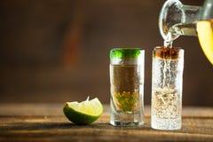 Έκχυση Tequila στο πυροβοληθε'ν γυαλί Εκλεκτική εστίαση Θολωμένος backgr Στοκ φωτογραφία με δικαίωμα ελεύθερης χρήσης