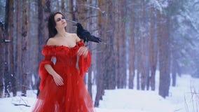 Έκλεισε ονειρεμένα τα μάτια της και ανύψωσε το χιόνι προσώπου της φιλμ μικρού μήκους